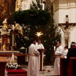 Bohoslužba ve vánočně vyzdobeném kostele